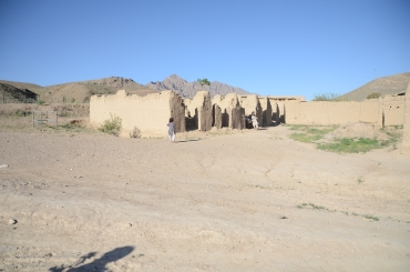 Passing some remnants of buildings near the bazaar